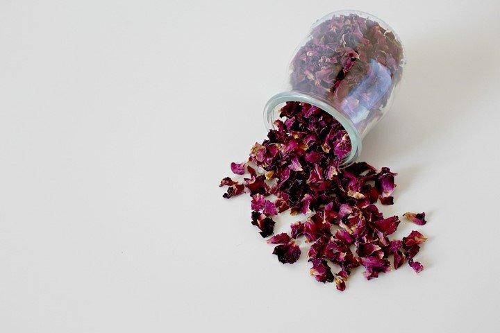 Uses of dried rose petals for skin